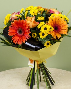 1415026275Mix_bouquet_with_roses,_gerbera_and_chrysanthemums_1r