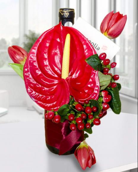 Aranjament floral cu sticlă de vin