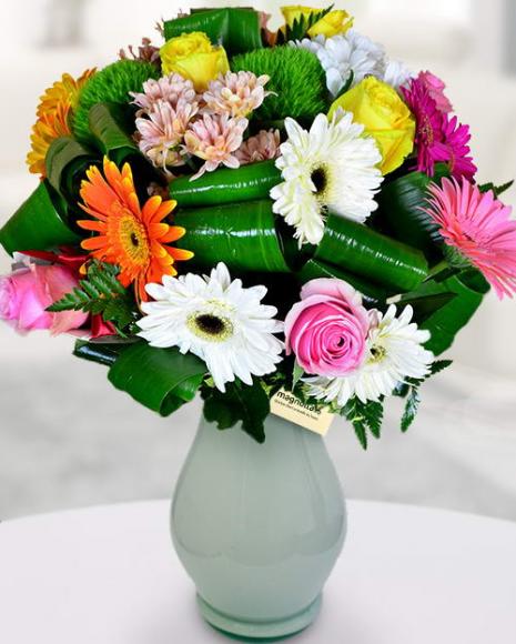 Buchet vesel cu flori multicolore