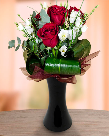 Buchet cu trandafiri, eustoma, eucalipt şi aspidistra