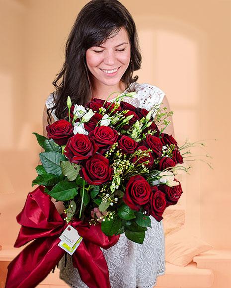 Buchet 23 trandafiri roşii şi eustoma