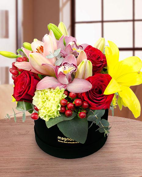 Aranjament cutie trandafiri și cymbidium