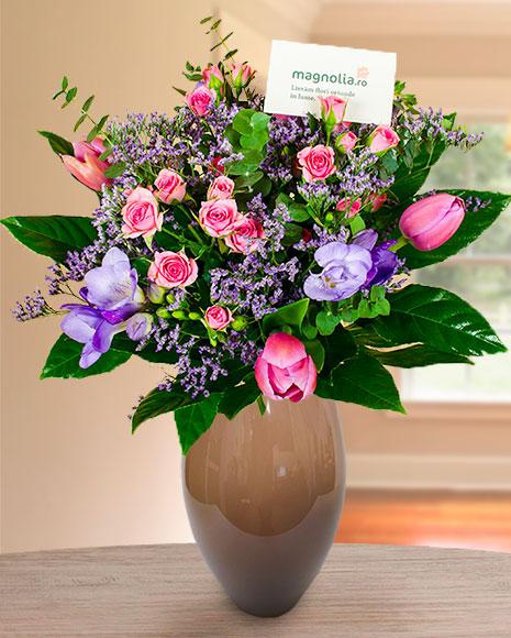 Buchet cu trandafiri ramificaţi, frezii, lalele şi aralia