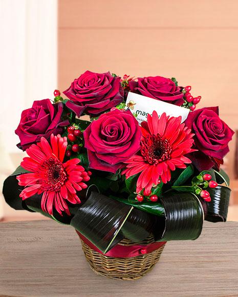 Coș trandafiri roșii, gerbera, hypericum