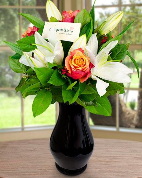 Buchet cu crin imperial alb şi trandafiri portocalii