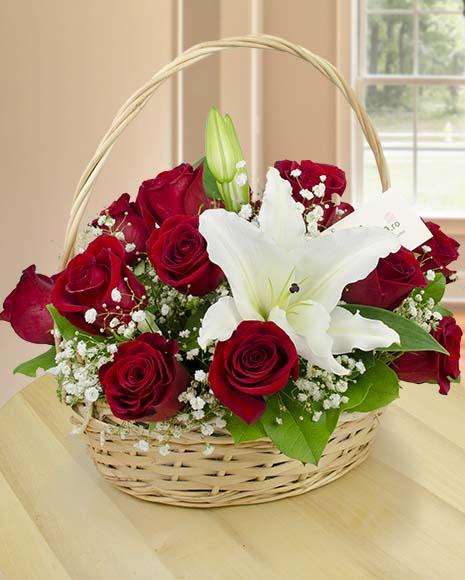Coş cu crini albi şi trandafiri roşii