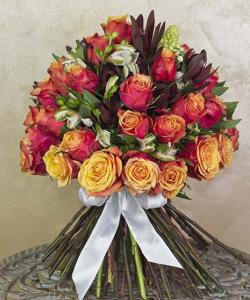Buchet de lux cu trandafiri şi alstroemeria