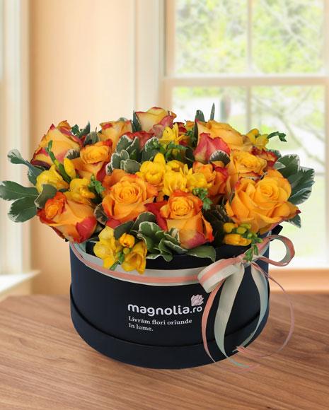 Cutie cu frezii si trandafiri portocalii
