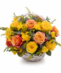 Coşuleţ cu frezii şi trandafiri