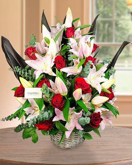 Aranjament crini imperiali roz şi trandafiri roşii