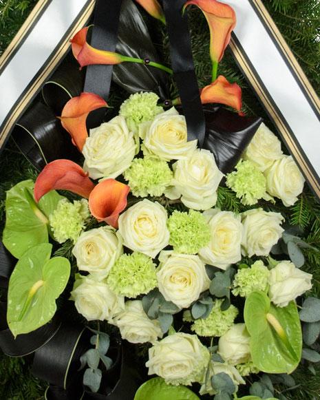 Coroana funerara cu cale si trandafiri