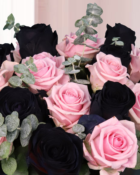 Aranjament în cutie cu trandafiri roz şi negri