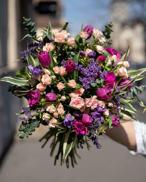 Buchet cu trandafiri ramificati, frezii si lalele