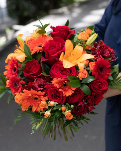 Buchet cu flori roşii şi portocalii