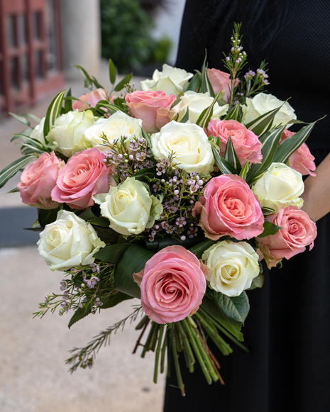 Buchet clasic din trandafiri albi şi roz