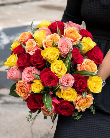 Buchet cu trandafiri multicolori