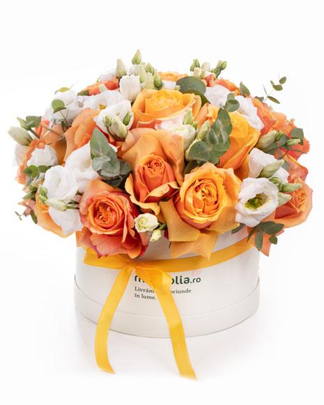 Cutie cu trandafiri portocalii și eustoma