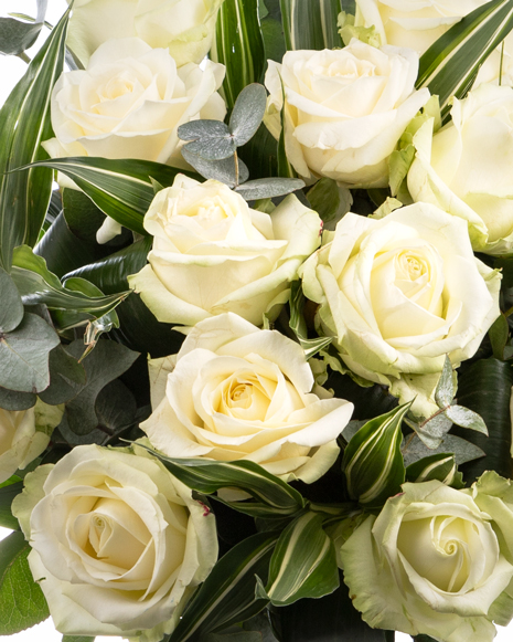 Buchet cu trandafiri albi și verdeață