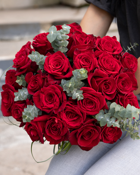 Buchet cu trandafiri roşii și eucalipt