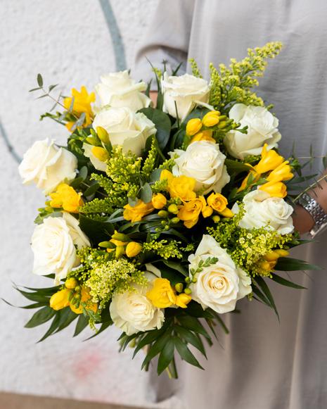 Buchet cu trandafiri albi și frezii
