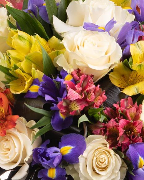 Buchet trandafiri albi alstoemeria și iriși