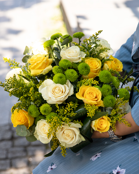 Buchet cu trandafiri şi crizanteme