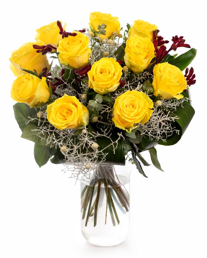Buchet cu trandafiri galbeni și calocephalus