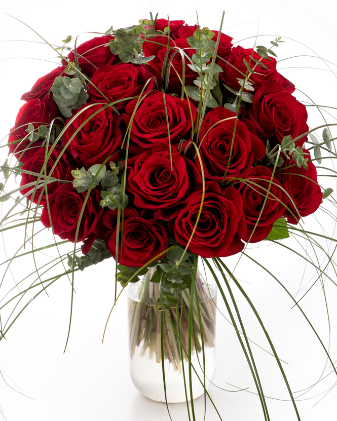 Buchet cu trandafiri roșii și beargrass