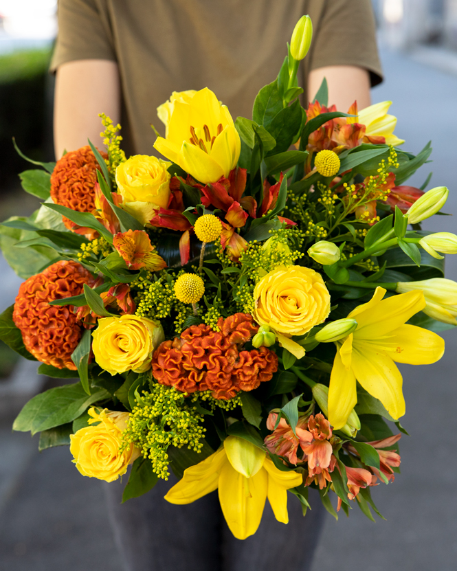 Buchet cu flori galbene şi portocalii