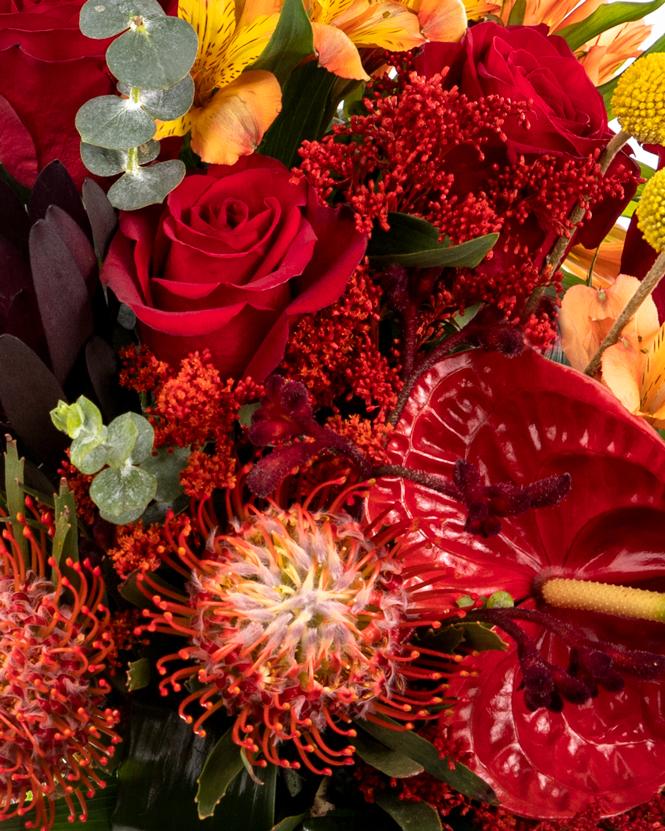 Buchet trandafiri roșii şi flori exotice