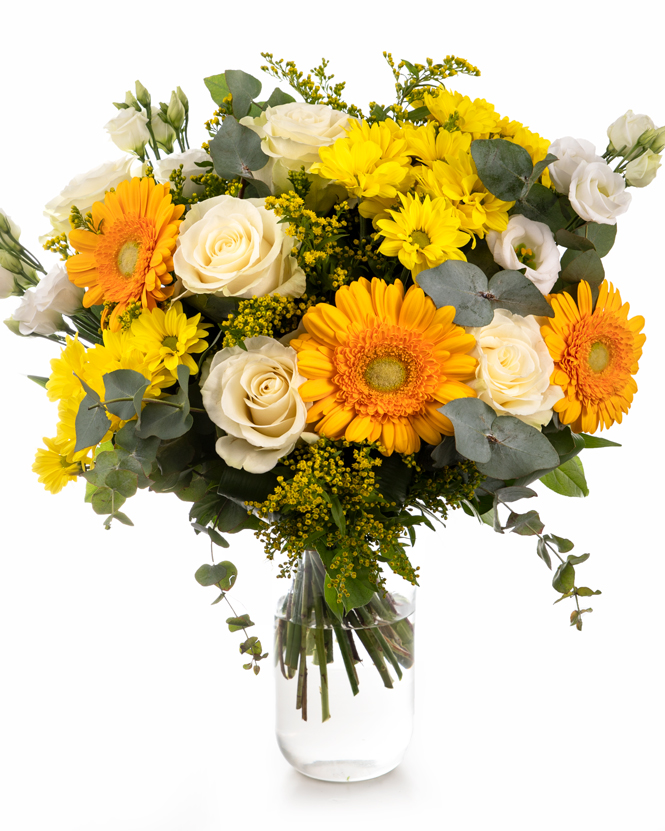 Buchet cu trandafiri albi, gerbera și crizanteme