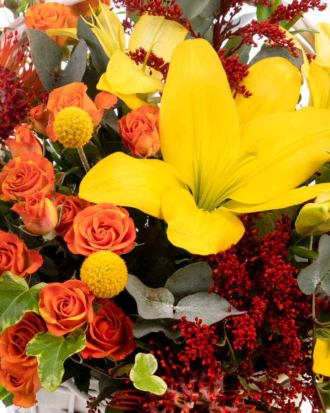 Aranjament cu crini și trandafiri ramificați