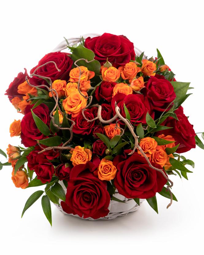 Coșuleț cu trandafiri colorați