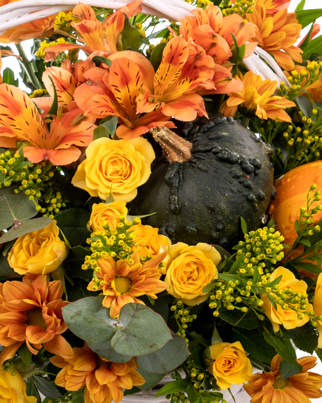 Cosuleț cu trandafiri și alstroemeria