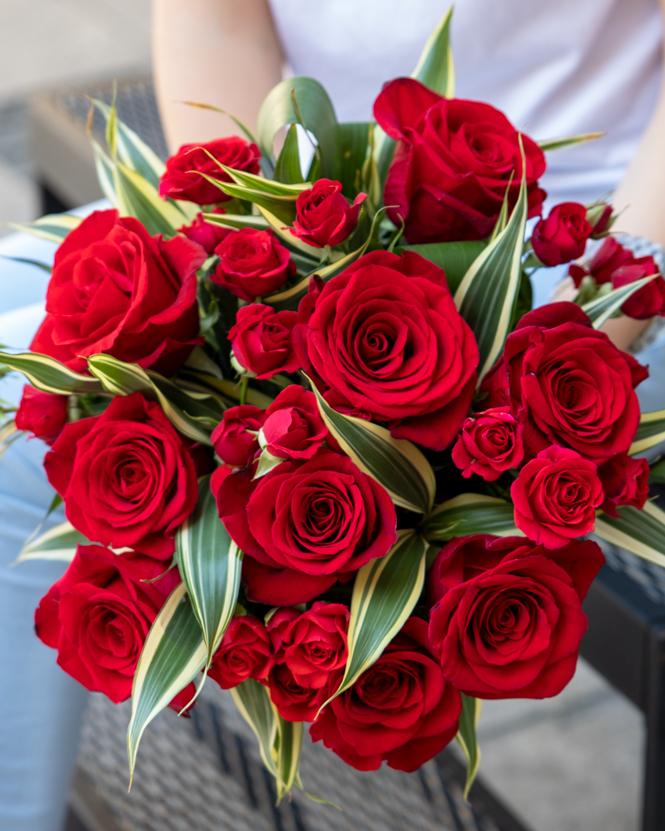 Buchet cu trandafiri roșii și dracaena