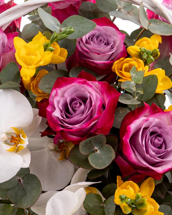 Aranjament cu orhidee și trandafiri