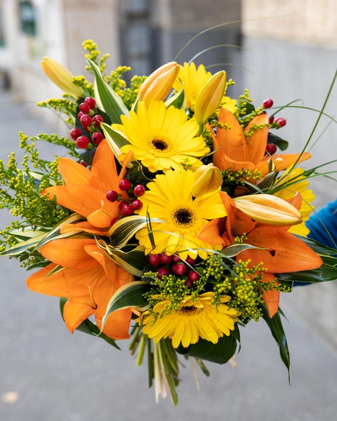 Buchet cu gerbera galbenă și crini portocalii