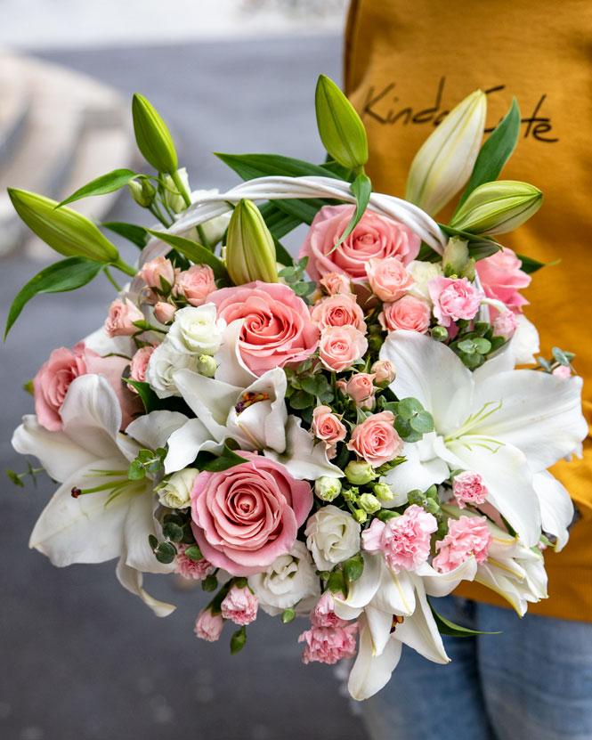 Coş cu flori roz şi albe
