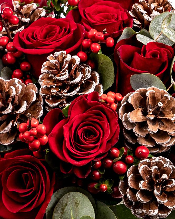 Buchet de iarnă cu trandafiri și conuri
