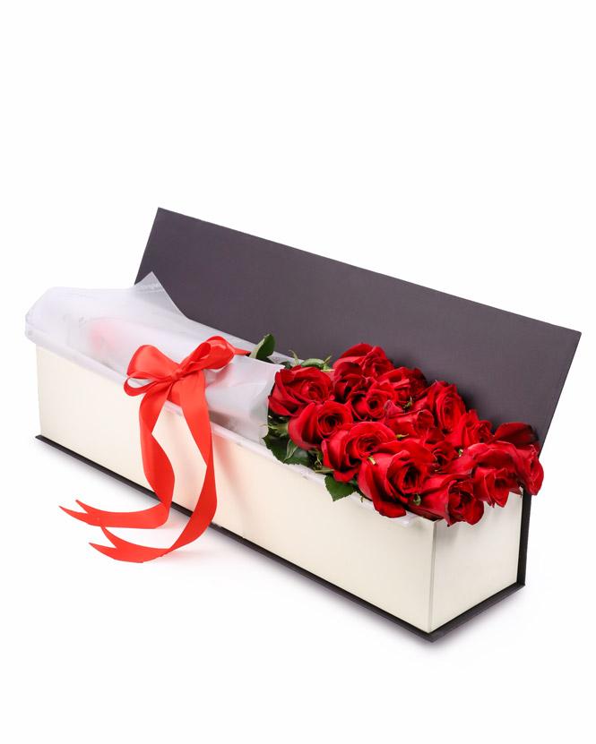 Cutie cu trandafiri roşii