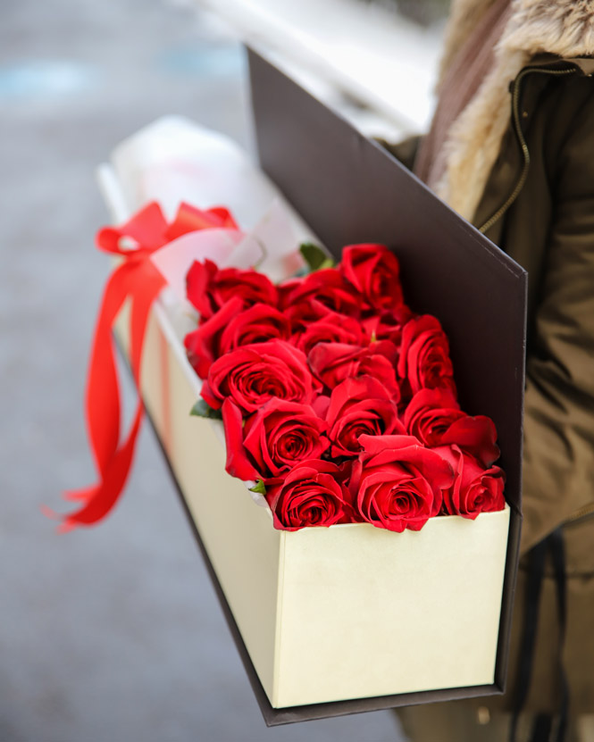 Box with red roses
