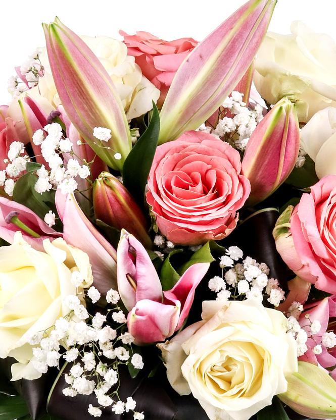 Buchet elegant de crini și trandafiri