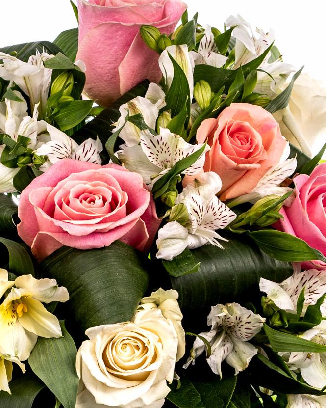 Buchet cu trandafiri și cutie cu brânzeturi