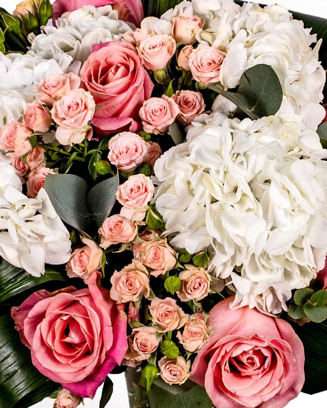 Buchet cu hortensii și trandafiri roz