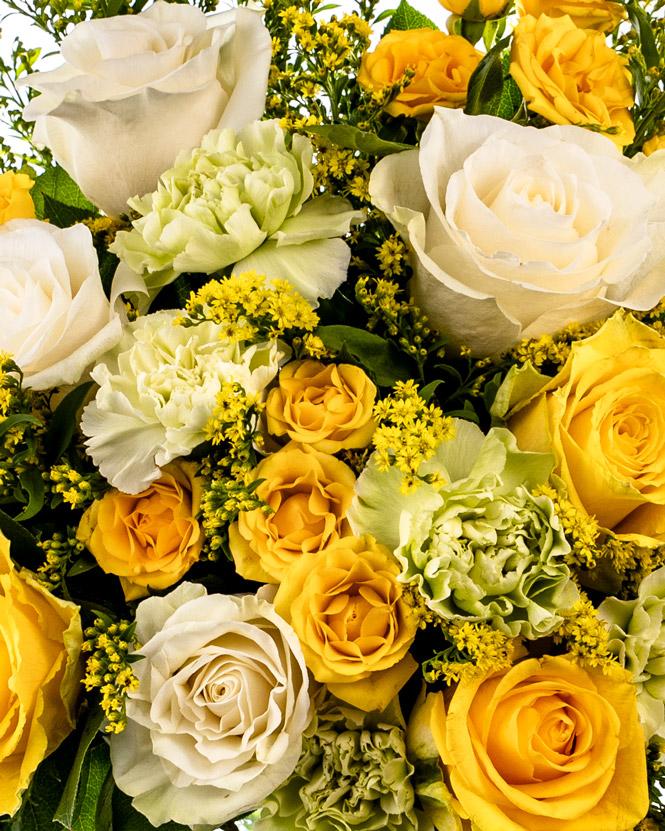 Buchet cu trandafiri albi și galbeni