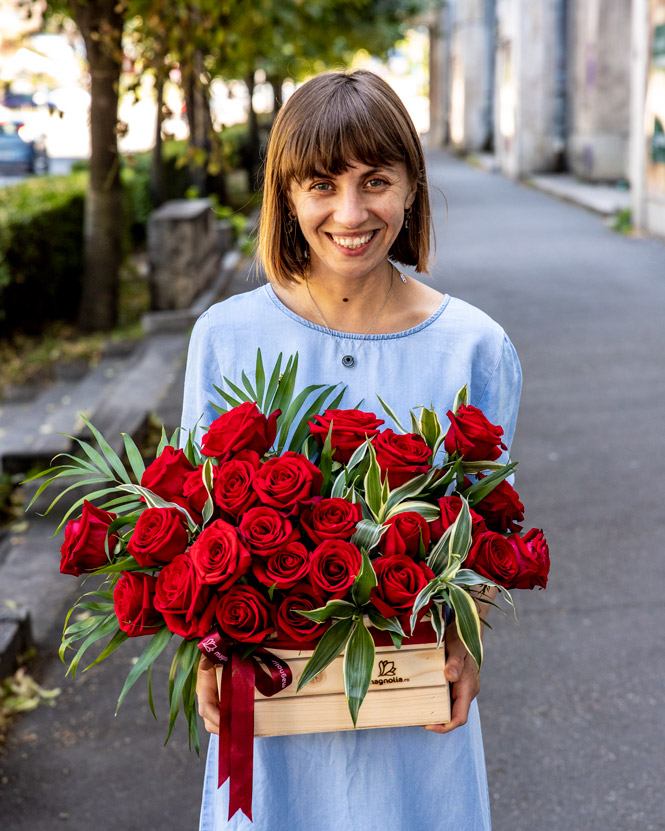 Aranjament cu trandafiri roșii în lădiță
