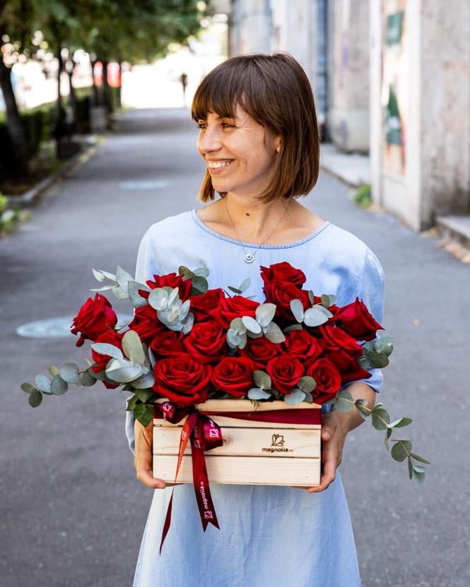 Lădiță cu trandafiri roșii