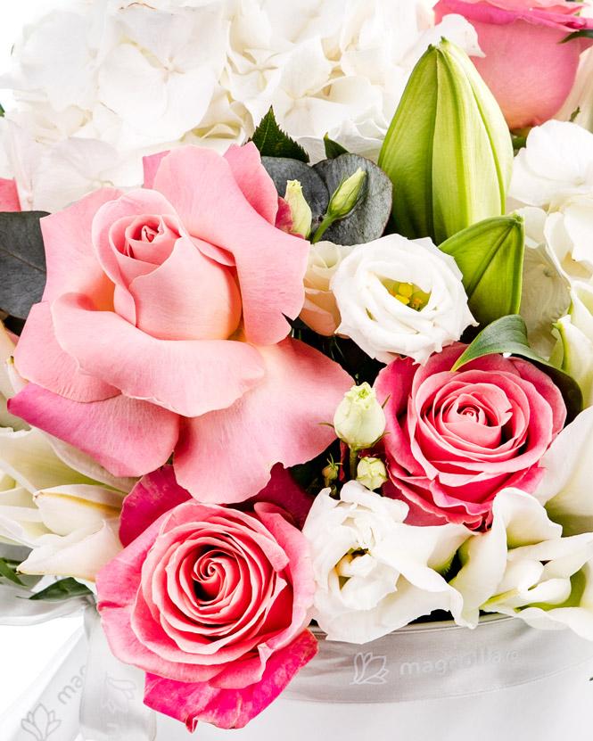 Aranjament cu flori albe și roz
