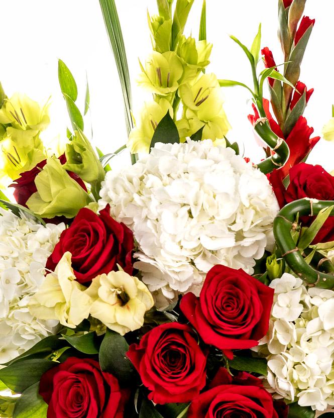 Aranjament cu gladiole și hortensii