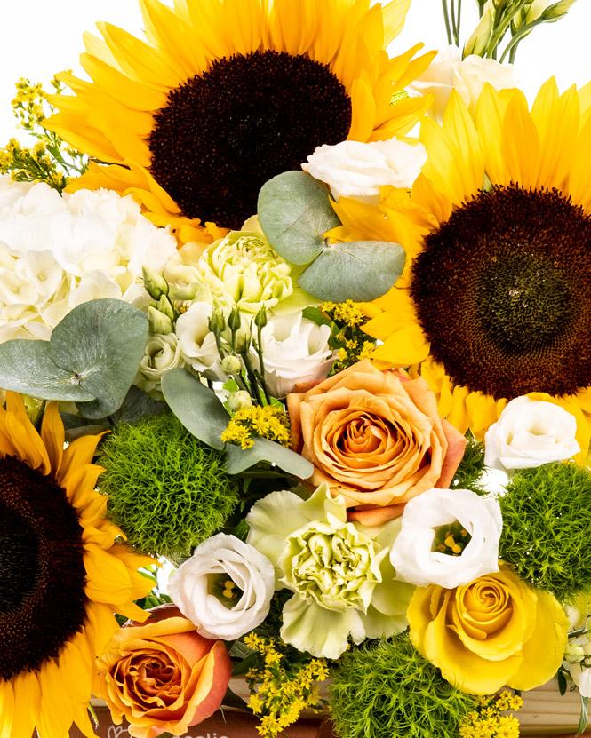 Aranjament cu flori în lădiță